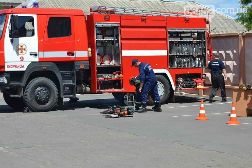 Спасатели и полицейские устроили для ребят показательные выступления (фото), фото-1