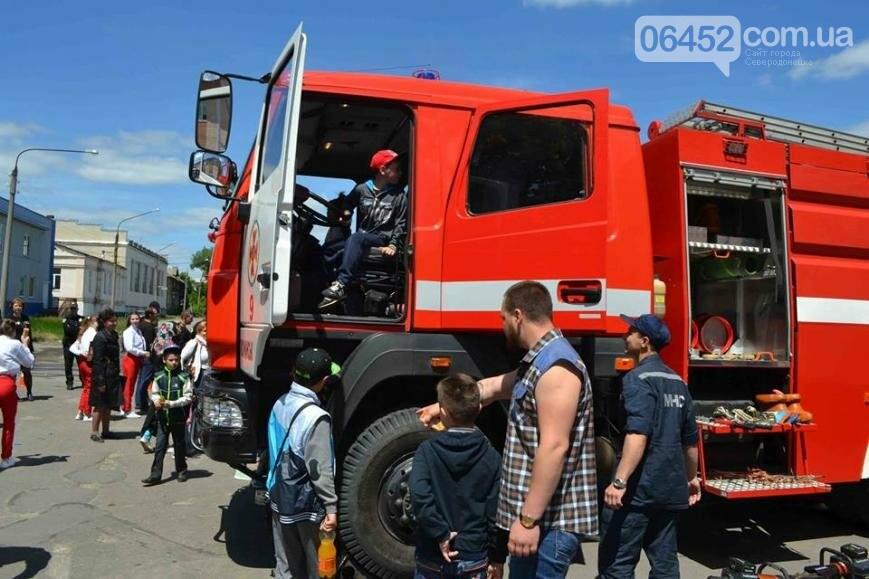 Спасатели и полицейские устроили для ребят показательные выступления (фото), фото-5