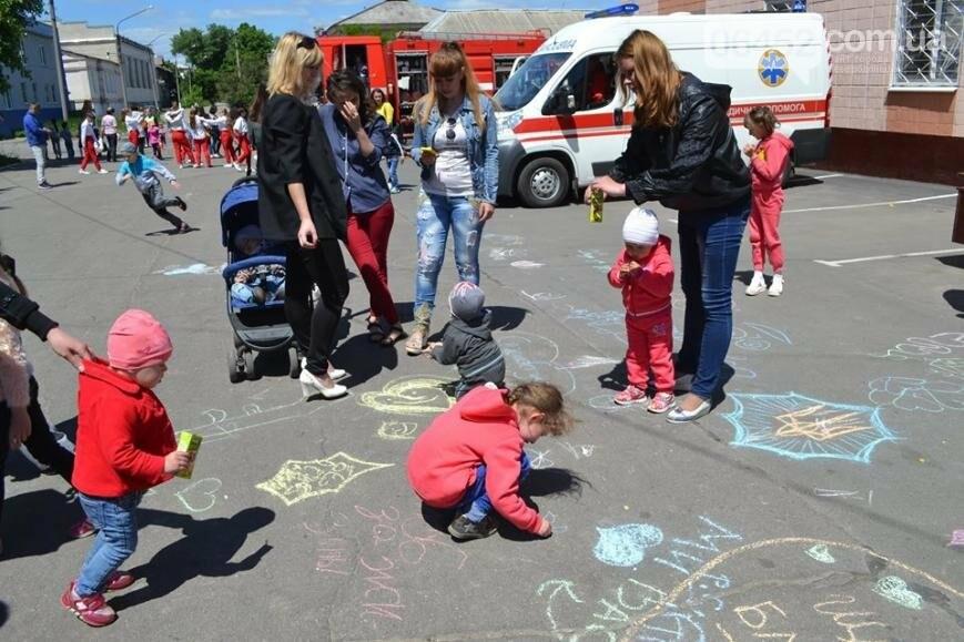 Спасатели и полицейские устроили для ребят показательные выступления (фото), фото-6