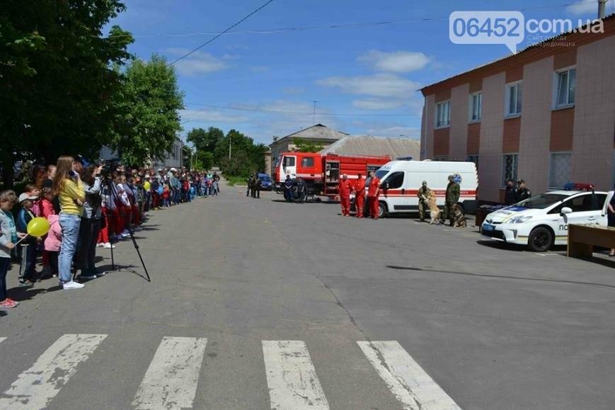 Спасатели и полицейские устроили для ребят показательные выступления (фото), фото-3