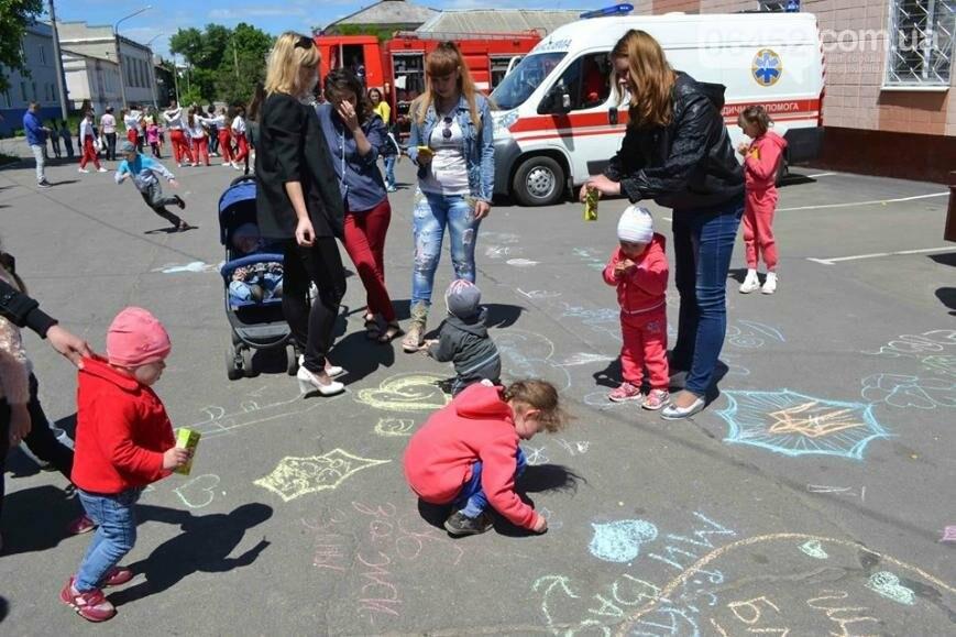 Спасатели и полицейские устроили для ребят показательные выступления (фото), фото-4