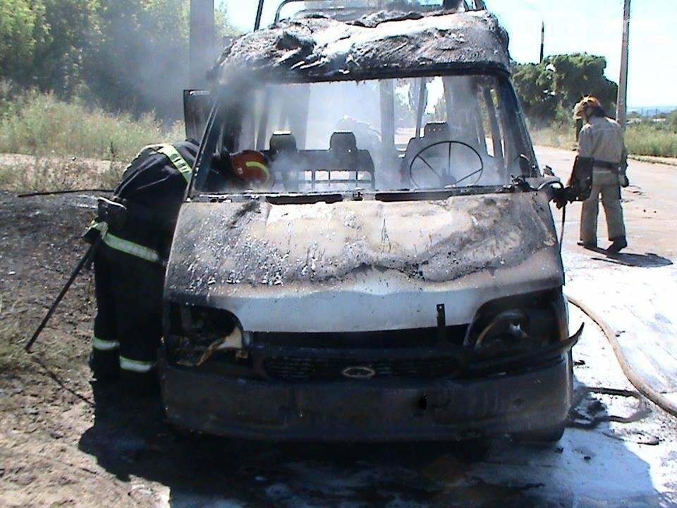 В Лисичанске дотла выгорел микроавтобус, фото-1