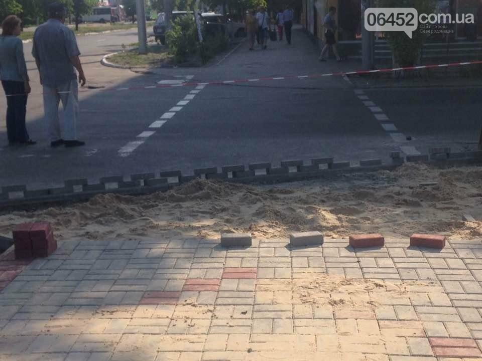 Коммунальщики уложили 2 тыс. кв.м тротуарной плитки возле северодонецкого ДК (фото), фото-1