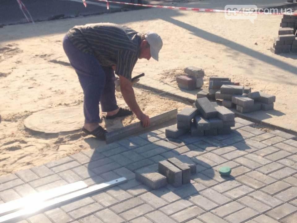 Коммунальщики уложили 2 тыс. кв.м тротуарной плитки возле северодонецкого ДК (фото), фото-2
