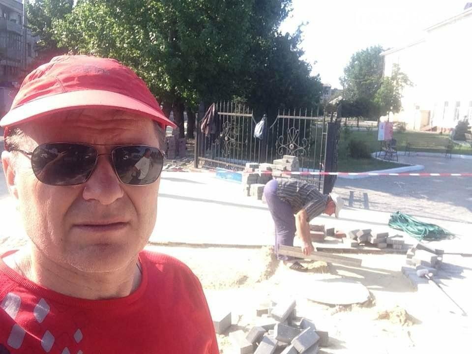 Коммунальщики уложили 2 тыс. кв.м тротуарной плитки возле северодонецкого ДК (фото), фото-3