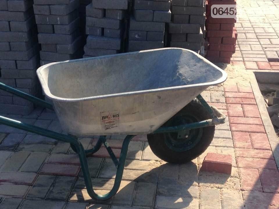 Коммунальщики уложили 2 тыс. кв.м тротуарной плитки возле северодонецкого ДК (фото), фото-4