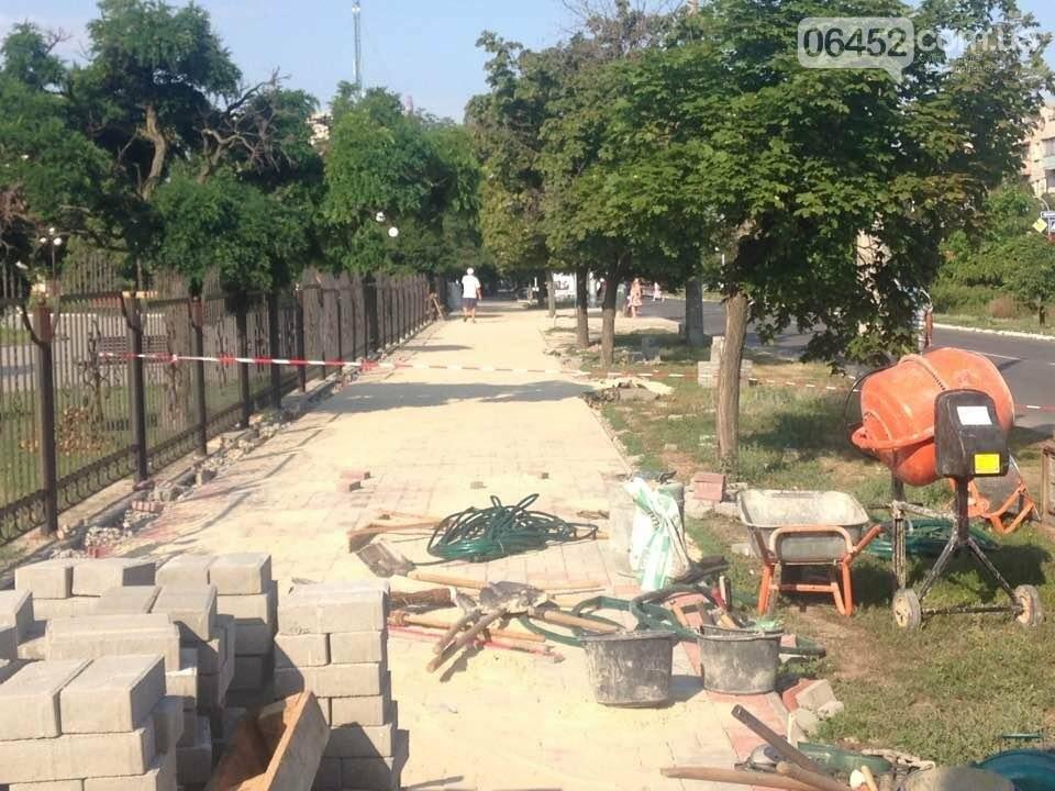 Коммунальщики уложили 2 тыс. кв.м тротуарной плитки возле северодонецкого ДК (фото), фото-5