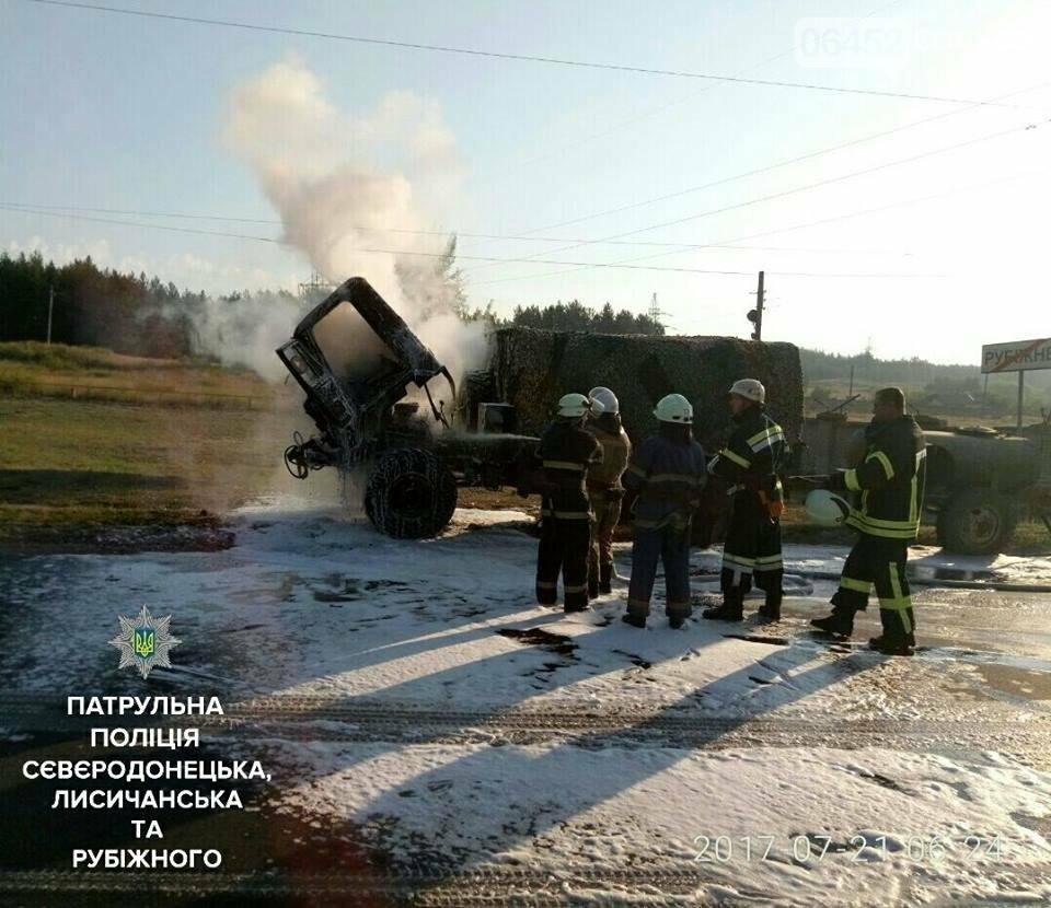 Полицейские помогли потушить автомобиль с военными, фото-1