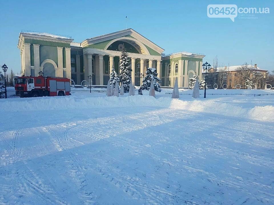 На площади Мира в Северодонецке заливают каток (фото), фото-5