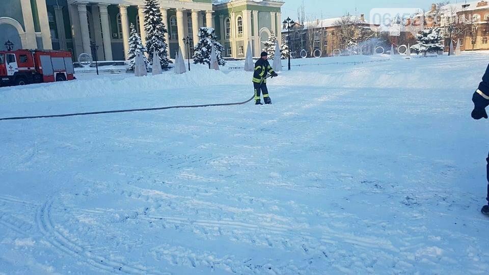 На площади Мира в Северодонецке заливают каток (фото), фото-3