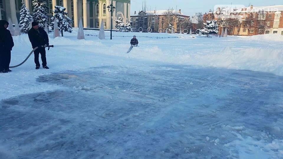 На площади Мира в Северодонецке заливают каток (фото), фото-1