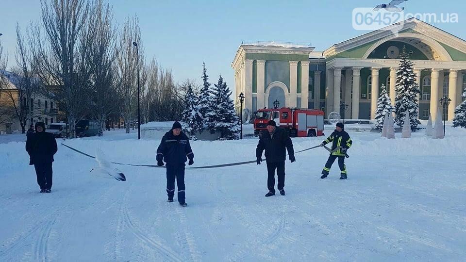 На площади Мира в Северодонецке заливают каток (фото), фото-2