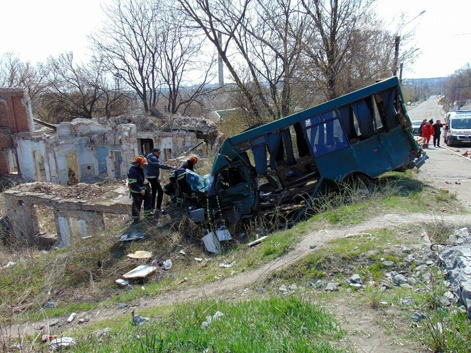 В Лисичанске при столкновении маршрутки и грузовика пострадало 9 человек (фото), фото-2