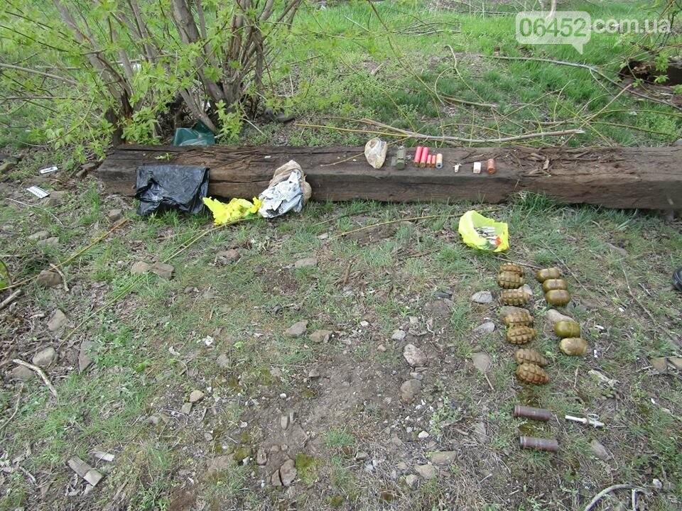 В Рубежном возле железной дороги нашли пакет с гранатами, шашками и патронами (фото), фото-8