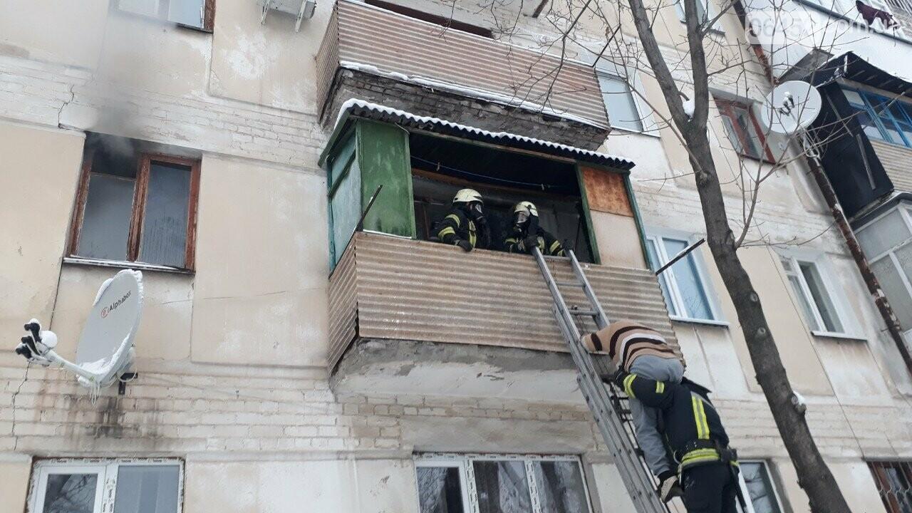 В Северодонецке горела квартира в жилом доме: хозяйку спасали через окно, фото-2