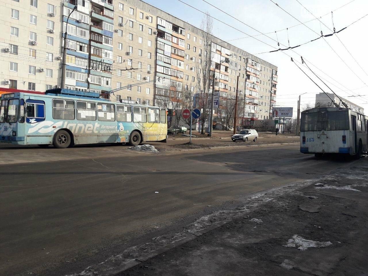 Потеря электрического напряжения: в Северодонецке стояли троллейбусы, фото-2
