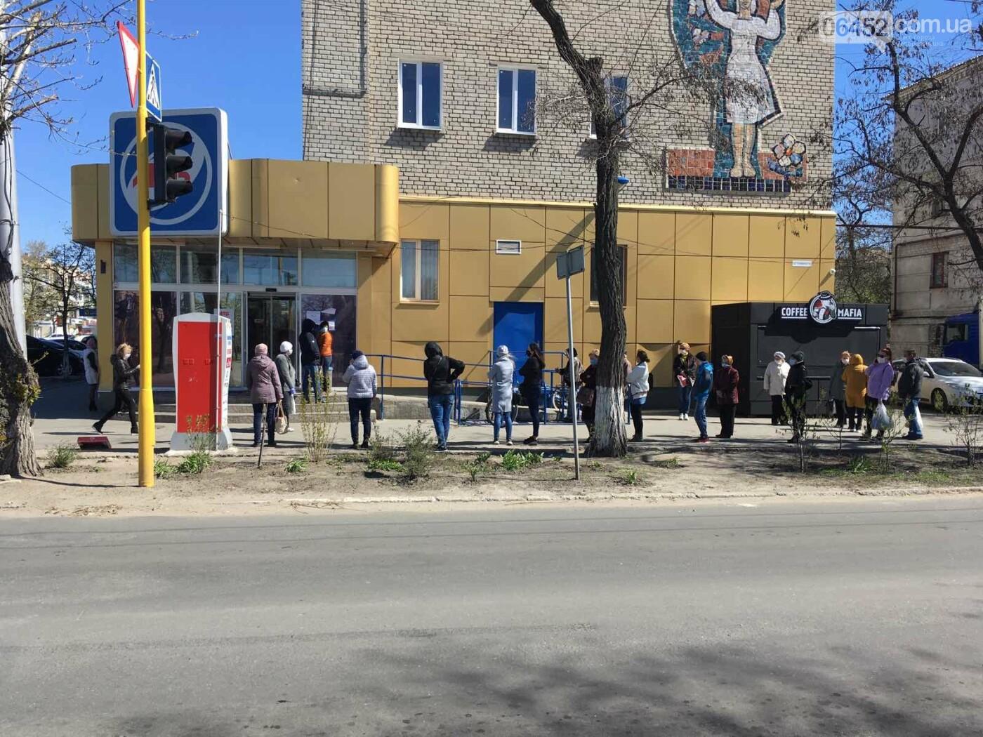 У северодонецкого супермаркета собираются огромные очереди ( фото), фото-1