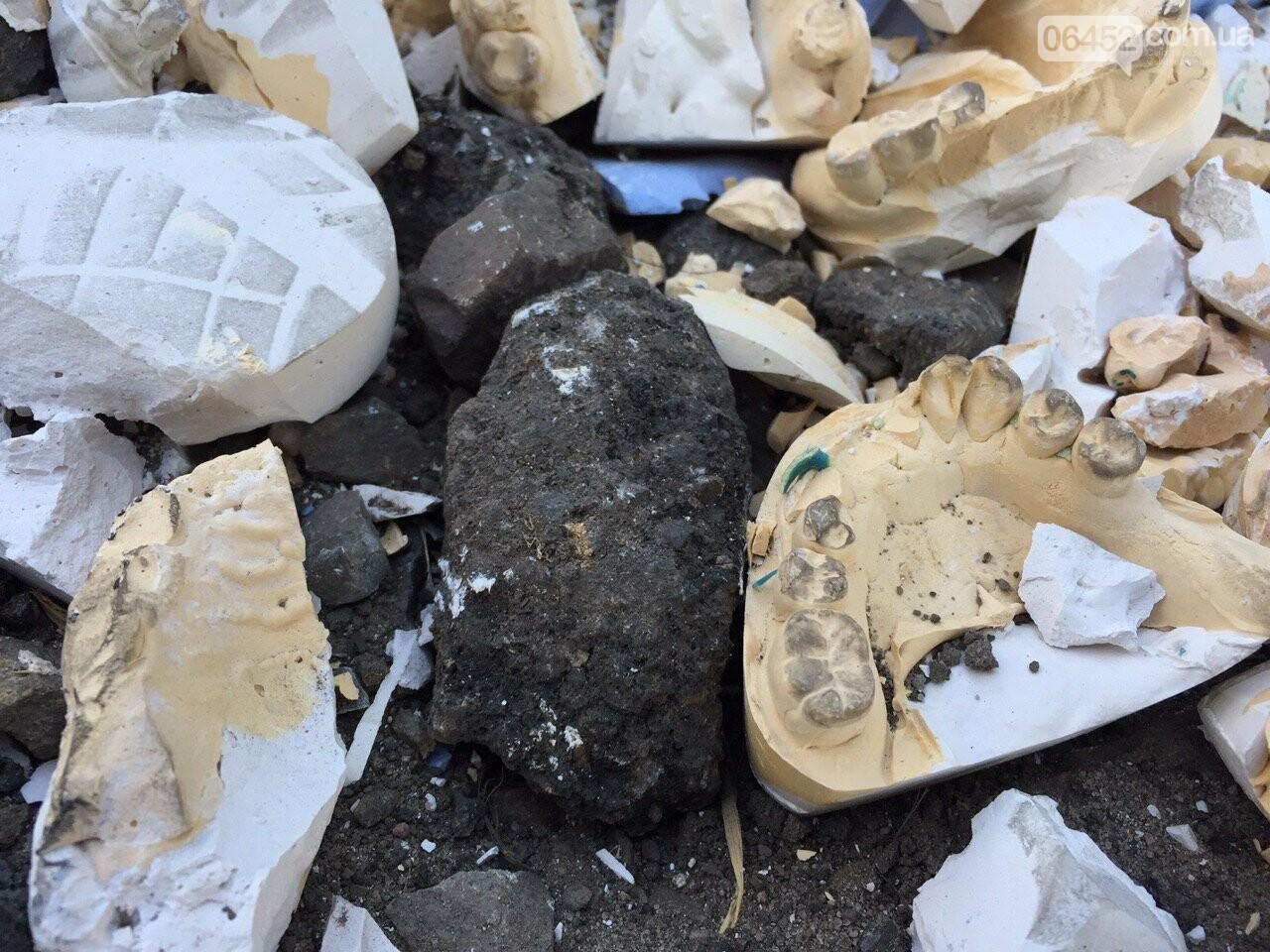 Челюсти вместо асфальта: в Северодонецке засыпали яму зубными протезами, фото-4