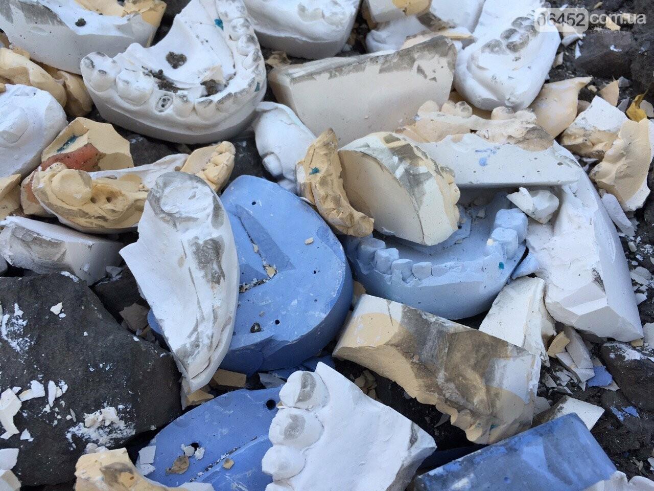 Челюсти вместо асфальта: в Северодонецке засыпали яму зубными протезами, фото-1