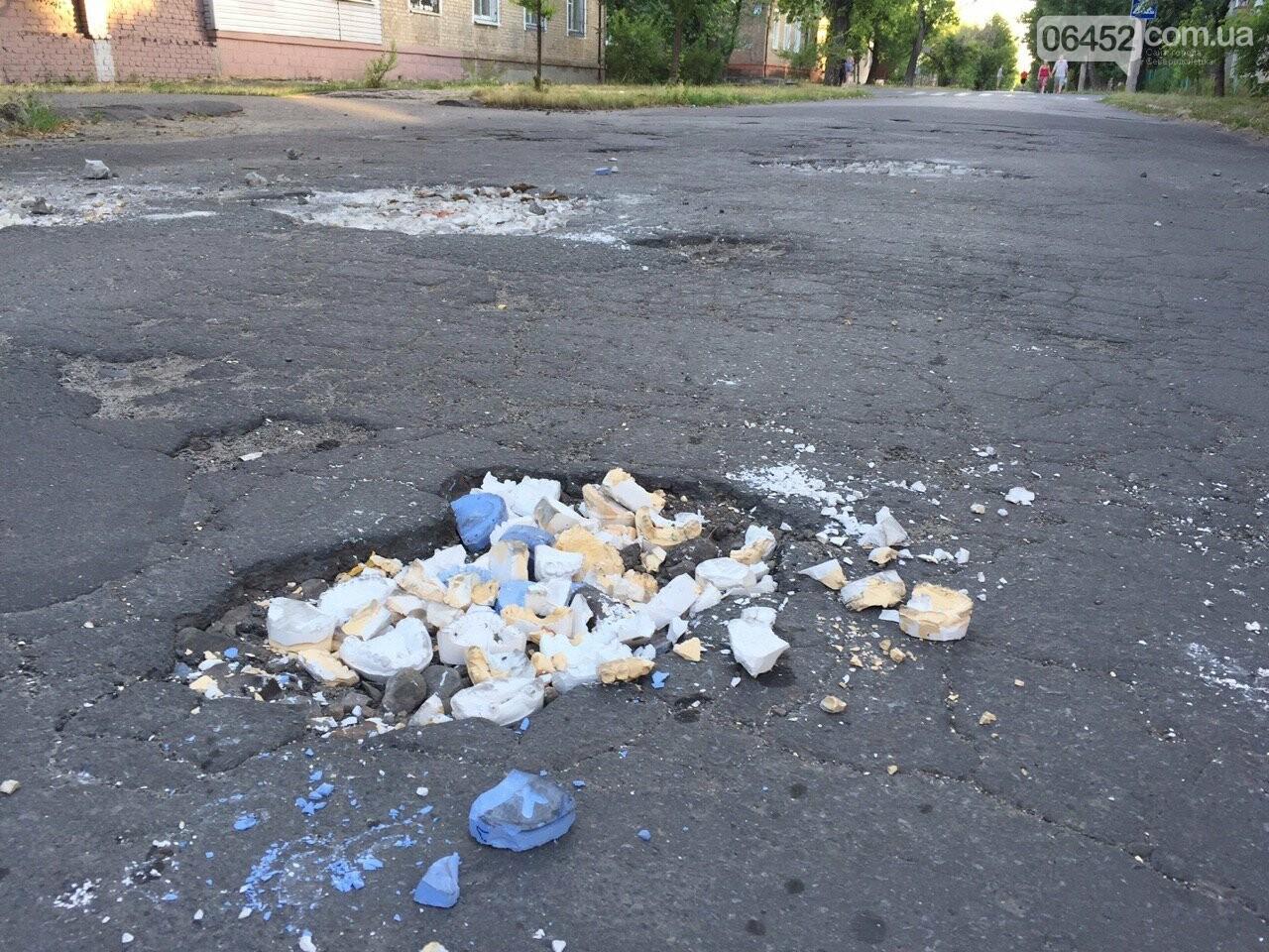 Челюсти вместо асфальта: в Северодонецке засыпали яму зубными протезами, фото-2