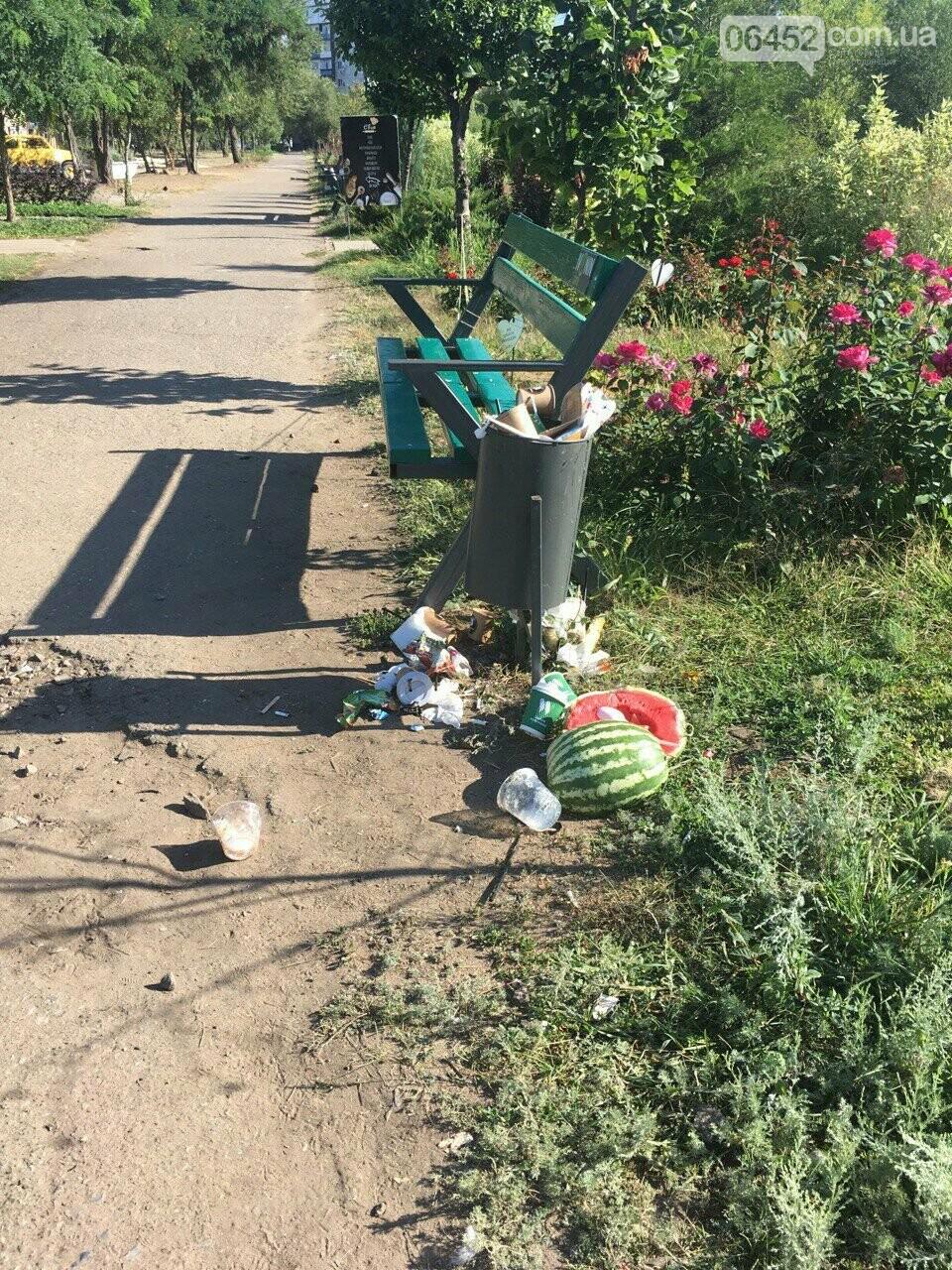 """Следы"" Независимости: Центр Северодонецка завален мусором (фото) , фото-2"