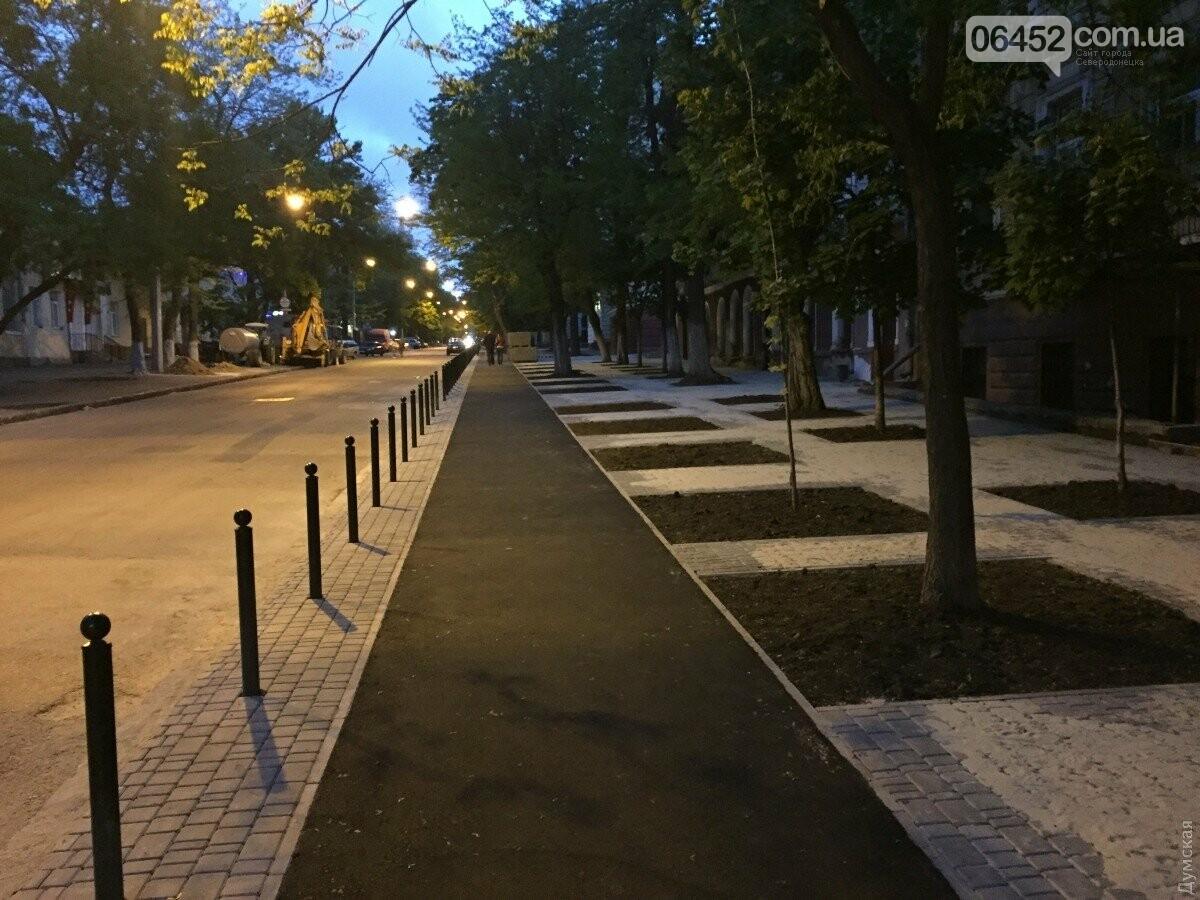 В Одессе обустраивают тротуар и заезды из плитки, меняют бордюры и поребрики.