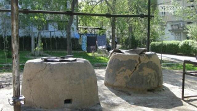 Тандыр в одном из дворов Таджикистана