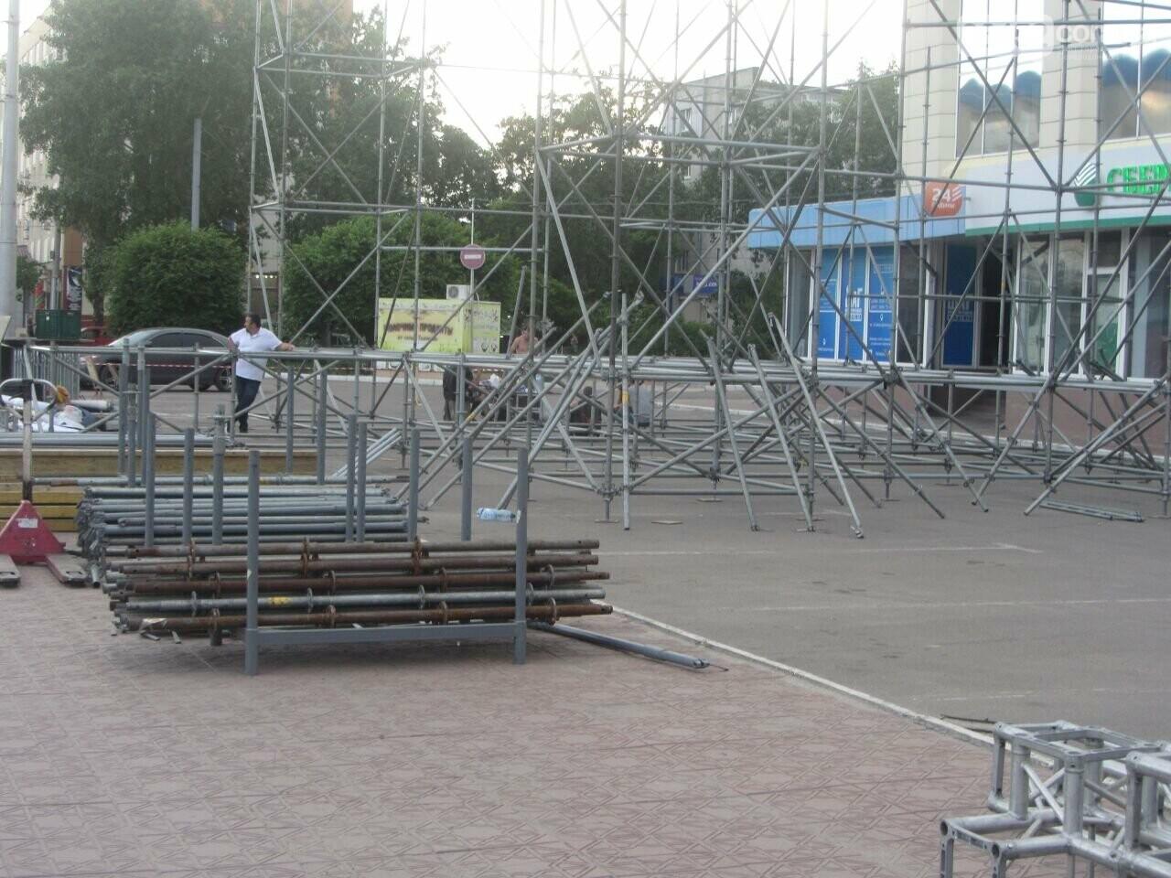 В Северодонецке устанавливают праздничную сцену (фото) , фото-9