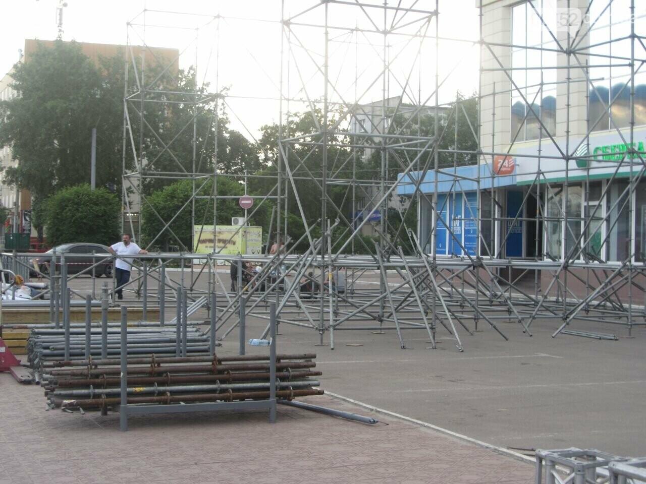 В Северодонецке устанавливают праздничную сцену (фото) , фото-2