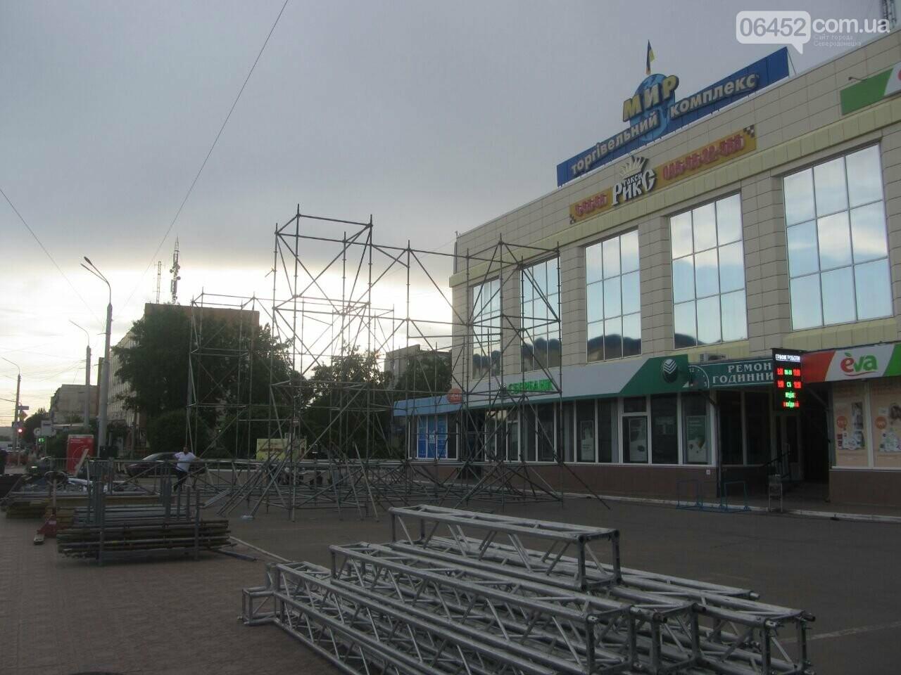 В Северодонецке устанавливают праздничную сцену (фото) , фото-12