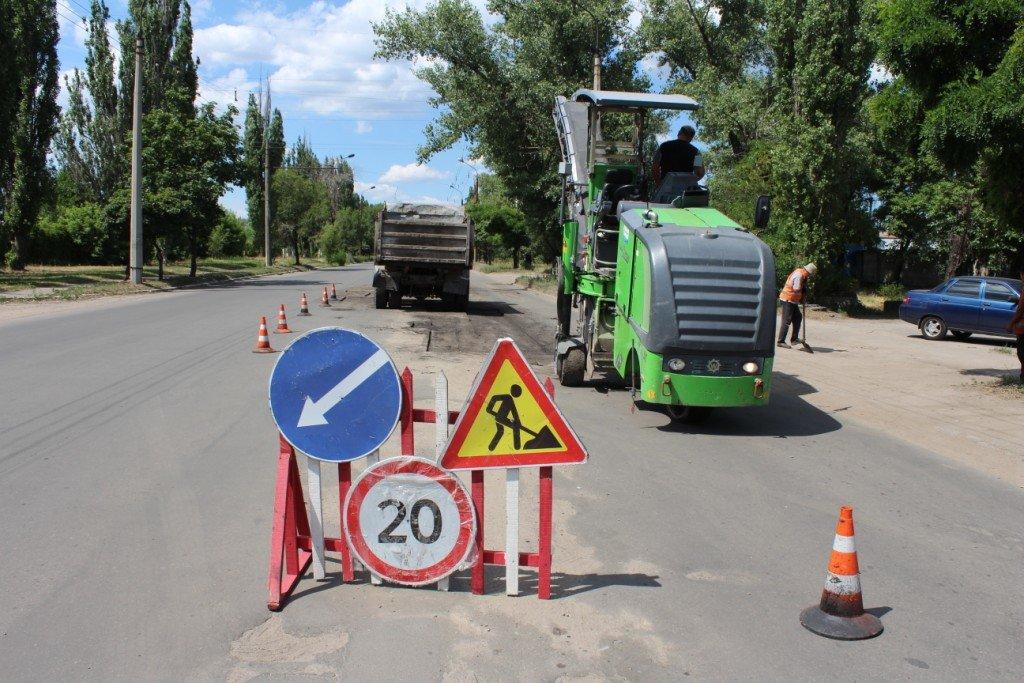 В Северодонецке продолжают латать ямы на дорогах (фото), фото-1