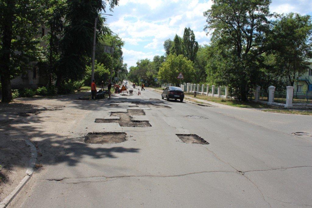 В Северодонецке продолжают латать ямы на дорогах (фото), фото-11