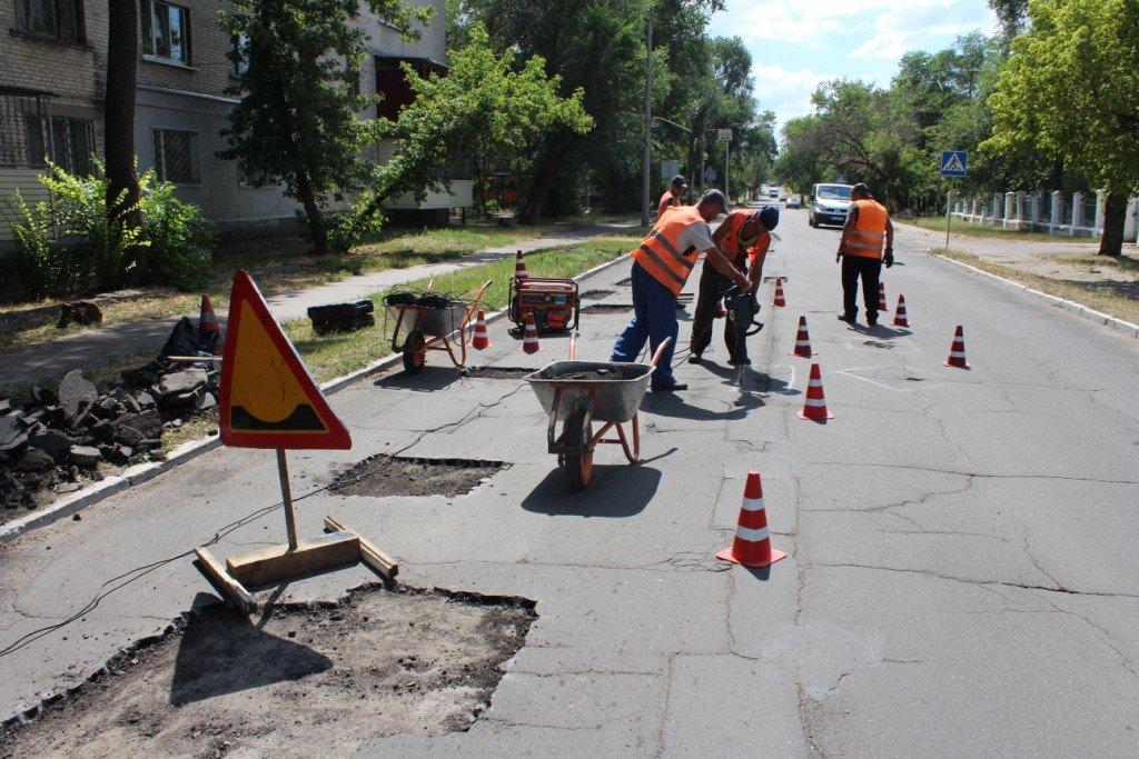 В Северодонецке продолжают латать ямы на дорогах (фото), фото-12
