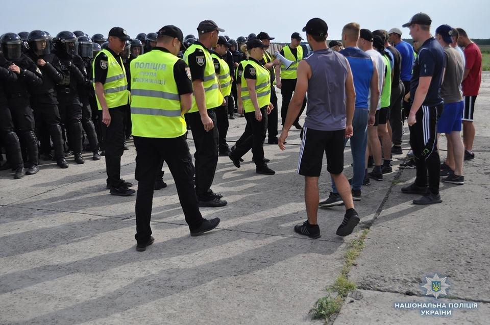 На Луганщине полицейские учились усмирять толпу, фото-3