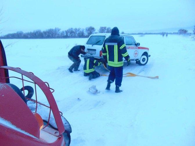В Лисичанске ГСЧС отбуксировала две кареты скорой помощи, фото-1