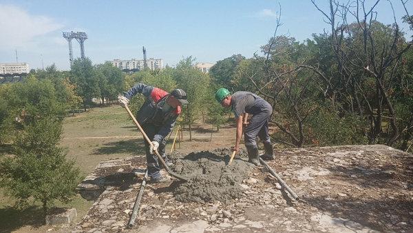 Коммунальщики Северодонецка взялись за ремонт входа в парк, фото-2
