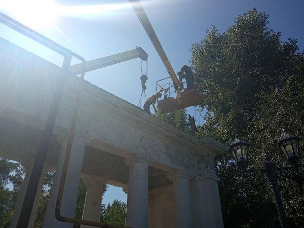 Коммунальщики Северодонецка взялись за ремонт входа в парк, фото-1
