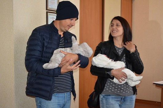 Семье северодончан, у которых родилась двойня вручили сертификат на получение материальной помощи, фото-1