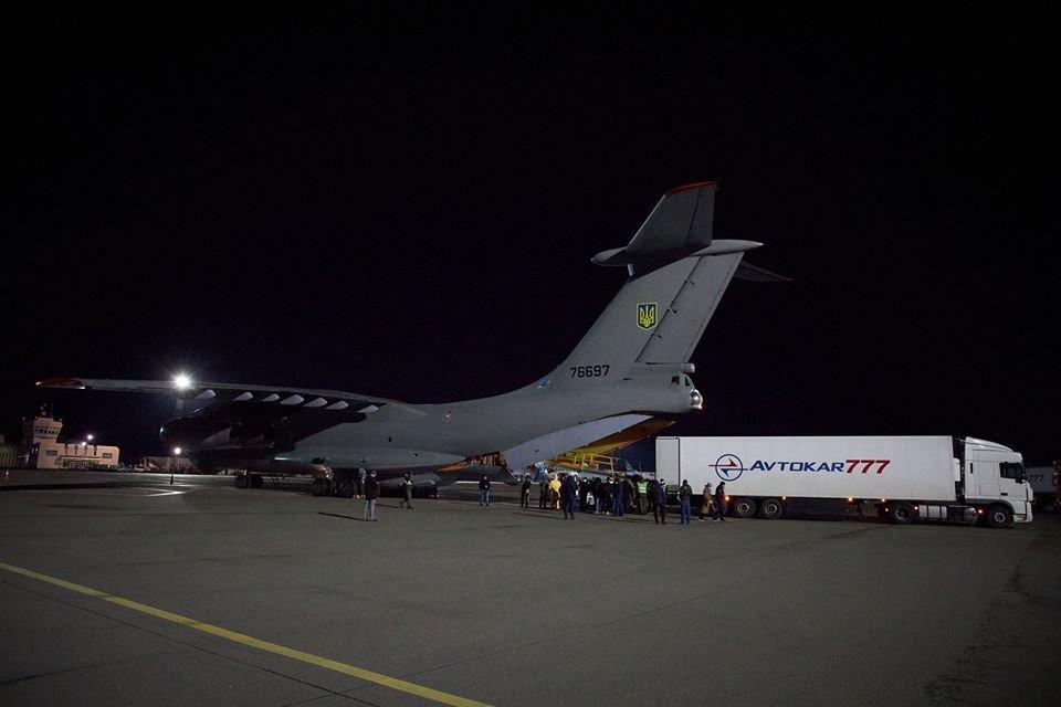 Самолет из Китая с масками, тест-системами, аппаратами ИВЛ прибыл в Украину, фото-1
