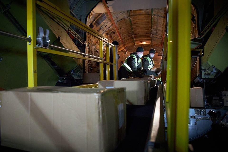 Самолет из Китая с масками, тест-системами, аппаратами ИВЛ прибыл в Украину, фото-3