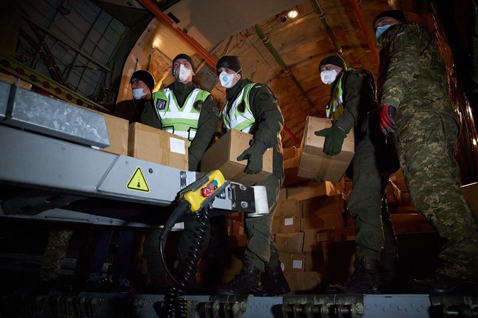 Самолет из Китая с масками, тест-системами, аппаратами ИВЛ прибыл в Украину, фото-4