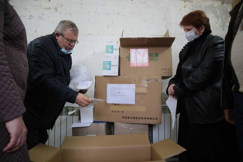 Благотворительные фонды передали медикам Луганщины средства индивидуальной защиты, фото-1