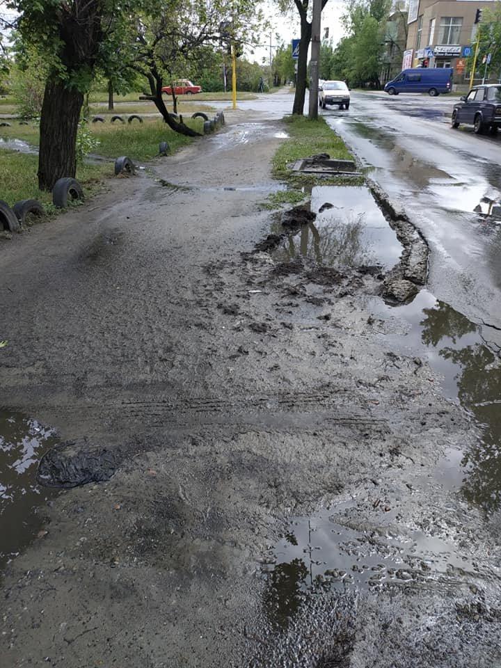 В Северодонецке тротуар превратился в полосу препятствий, фото-4