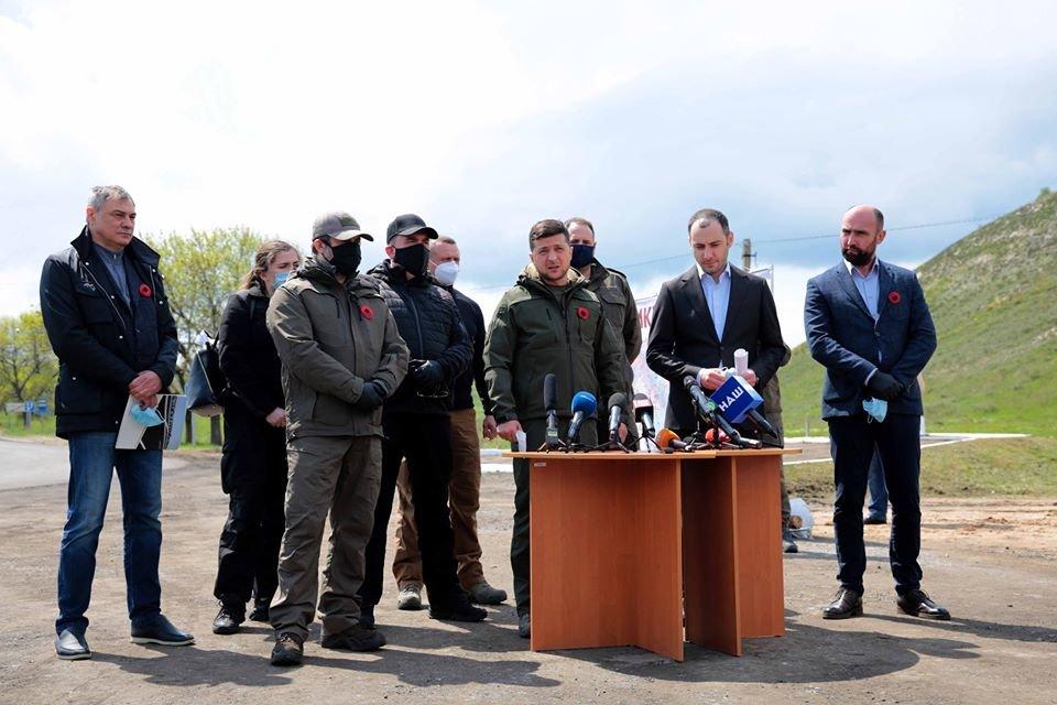 Президент Украины проинспектировал ремонт дороги в Луганской области, фото-4