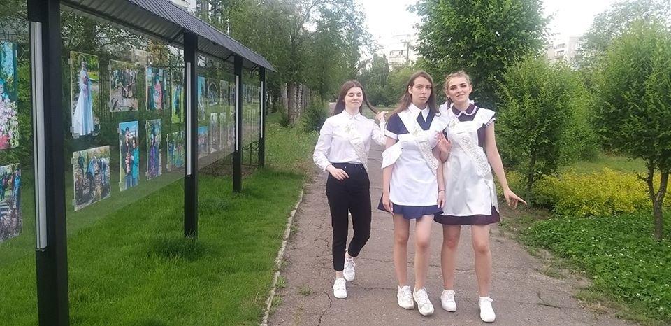 Сквер в Северодонецке стал любимым местом для фотосессий выпускников, фото-3