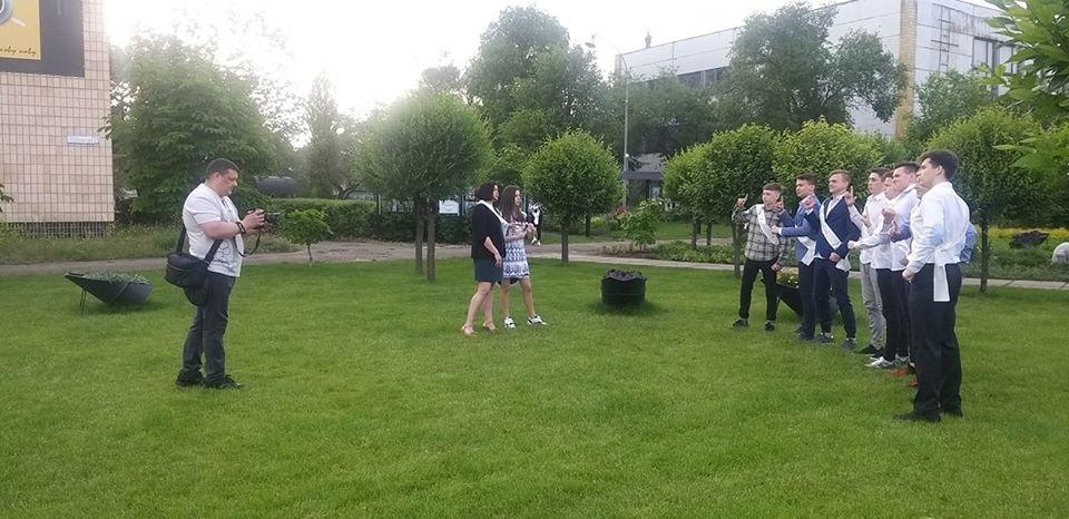 Сквер в Северодонецке стал любимым местом для фотосессий выпускников, фото-1