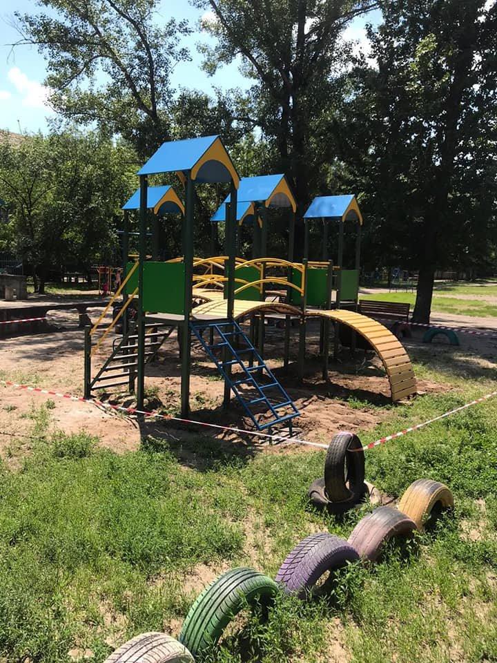В Северодонецке продолжаются работы по установке детских площадок, фото-1
