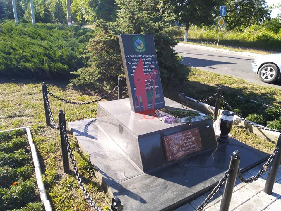 На Луганщине вандалы осквернили памятник погибшим воинам, фото-1