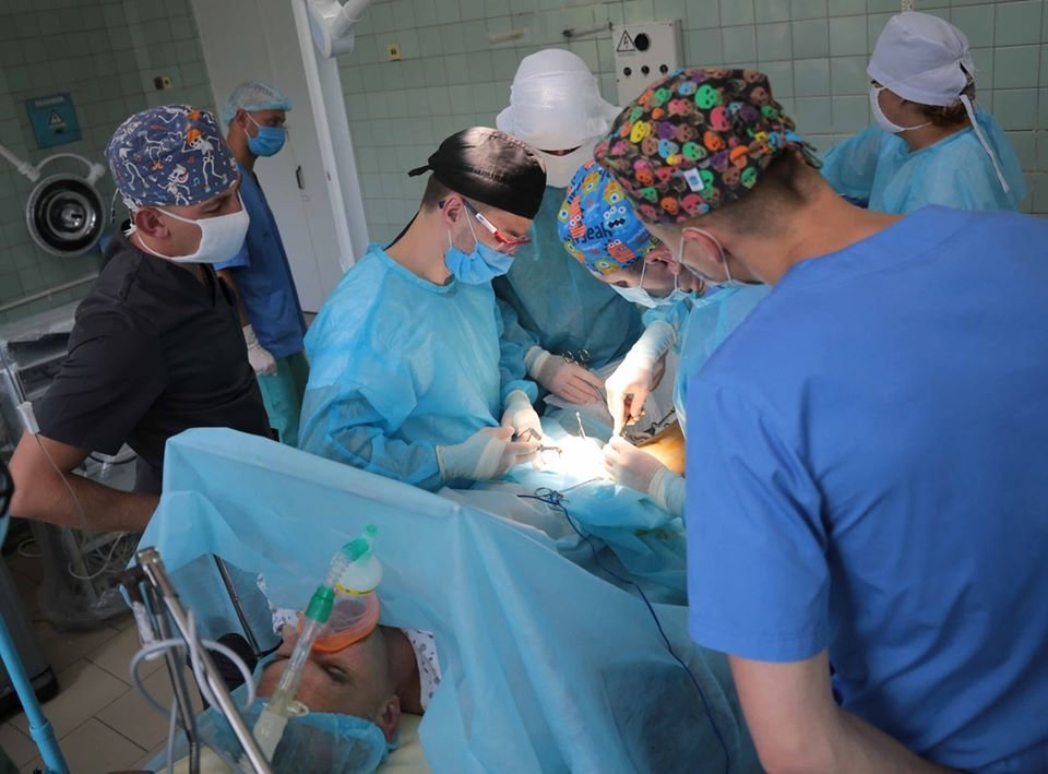 В Северодонецке впервые провели совместную операцию гражданский и военный  хирурги, фото-1