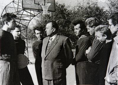 Петр Новиков со спортсменами Северодонецка. Фото из открытых источников